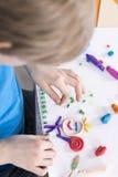 Spela med färgrik plasticine Fotografering för Bildbyråer