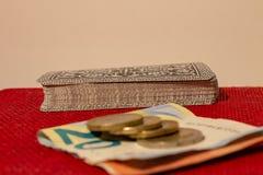 Spela med kort, pengar eller enkelt kortspelet, när familjen återförenas arkivfoton