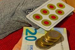 Spela med kort, pengar eller enkelt kortspelet, när familjen återförenas royaltyfri bild