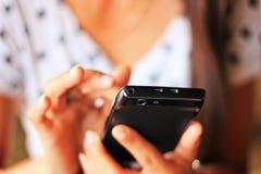 Spela mobiltelefonen Arkivbild