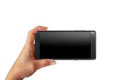 Spela modig ot som tar fotoet med modernt, ila telefonen med den tomma skärmen för modell Royaltyfri Foto
