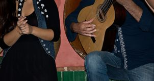 Spela och dansa flamenco i en stång i Spanien Arkivfoto