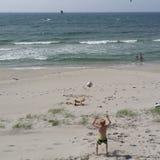 Spela på den norska stranden i sommar Arkivfoton