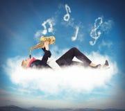 Spela på ett moln royaltyfria bilder