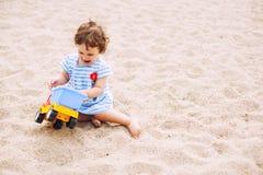 Spela på sand Royaltyfri Bild