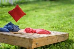 Spela påsar i trädgården i sommar arkivfoto