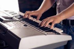 Spela pianot royaltyfri bild