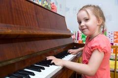 spela pianot Royaltyfria Bilder