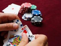 Spela poker, mötte en kombination av två drottningar motstånd från två överdängare royaltyfria foton