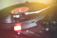 Spela retro musik: För vinylrekord för yrkesmässig vänd i stånd ljudsignal spelare för musik sunbeam arkivbild