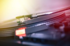 Spela retro musik: För vinylrekord för yrkesmässig vänd i stånd ljudsignal spelare för musik sunbeam arkivbilder