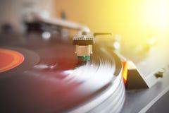 Spela retro musik: F?r vinylrekord f?r yrkesm?ssig v?nd i st?nd ljudsignal spelare f?r musik sunbeam royaltyfri bild