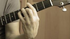 Spela retro toning för akustisk gitarr stock video