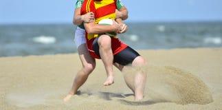 Spela rugby på stranden th för lag för sport för koppfotbollpris royaltyfri bild
