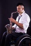 Spela saxofonen Arkivbild