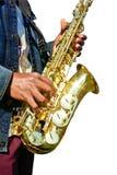 Spela saxofonen på vit bakgrund. Arkivbilder