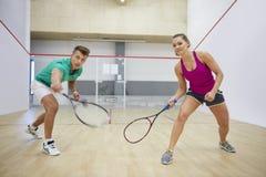 Spela squash med vänner arkivfoto