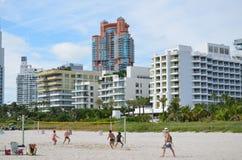 Spela strandvolleyboll, Miami Beach Royaltyfri Bild