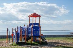 Spela struktursammanträde bredvid en stor sjö i sommar Royaltyfri Fotografi