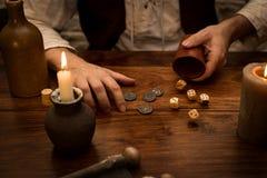 Spela tärning med en insats, medeltida tabell, begreppsdobbleri Arkivfoton