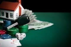 Spela tabellen med kortchiper och pengar Royaltyfri Bild