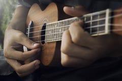 Spela ukulelet Arkivbilder
