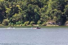 Spela vattenskidåkning eller wakeboard royaltyfri foto