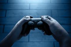Spela videospel på natten royaltyfri bild