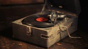 Spela vinylrekord på en retro grammofon, potefone arkivfilmer