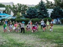 Spelactiviteiten in een kamp van kinderen in Russische stad Anapa van het Krasnodar-gebied Stock Foto