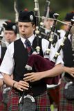 spelar den höglands- pipblåsaren scotland Arkivfoto