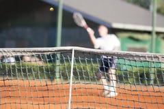 Spelar den netto mannen för tennis tennis Royaltyfria Bilder