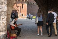 Spelar den polska manpåklädden för lokal gitarren royaltyfri bild