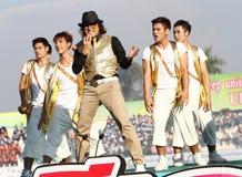 """""""Spelar den Tik Shiro"""" världsstjärnan i Thailand sjungande konkurrens 40th Thailand universitetar Royaltyfri Bild"""