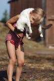 Spelar en flicka och med en katt Royaltyfria Foton