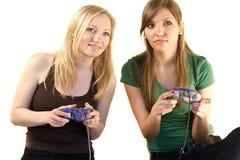 spelar flickor som leker video två Royaltyfri Bild