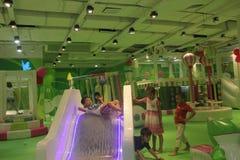 Spelar kurragömma i den inomhus lekplatsen för barn Arkivfoton