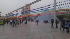 Spelar turist- dragningar för Shenzhen världsfönster, många turister lager videofilmer