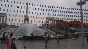 Spelar turist- dragningar för Shenzhen världsfönster, många turister stock video