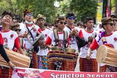 Spelar unga grabbar för Balinese på nationella musikinstrument på en gata i förvals- samlar, det indonesiska demokratiska partiet royaltyfria foton