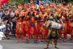 Spelar unga grabbar för Balinese på nationella musikinstrument på en gata i förvals- samlar, det indonesiska demokratiska partiet arkivbilder