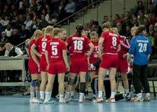 Spelare av handbolllaget HIFK Helsingfors Arkivbilder