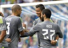 Spelare av Real Madrid som firar mål Arkivbild