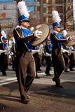Spelare för cymbal för marschmusikband utför i Atlanta jul ståtar royaltyfri bild