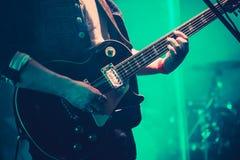 Spelare för elektrisk gitarr på etapp i klartecken royaltyfri foto