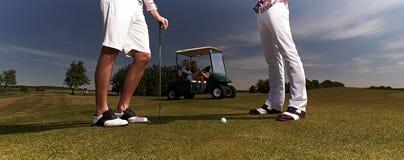 Spelare för golf två på ett grönt fält royaltyfri bild