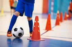 Spelare för inomhus fotboll som utbildar med bollar Sportkorridor för inomhus fotboll Futsal spelare för inomhus fotboll arkivbilder