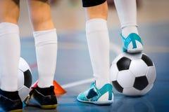 Spelare för inomhus fotboll som utbildar med bollar Sportkorridor för inomhus fotboll Futsal spelare för fotboll, boll, futsal go Royaltyfri Bild