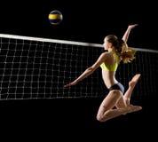 Spelare för kvinnastrandvolleyboll med netto och bollversion arkivbild