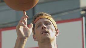Spelare för yrkesmässig basket som av visar hans expertis som rotera bollen, fristil arkivfilmer